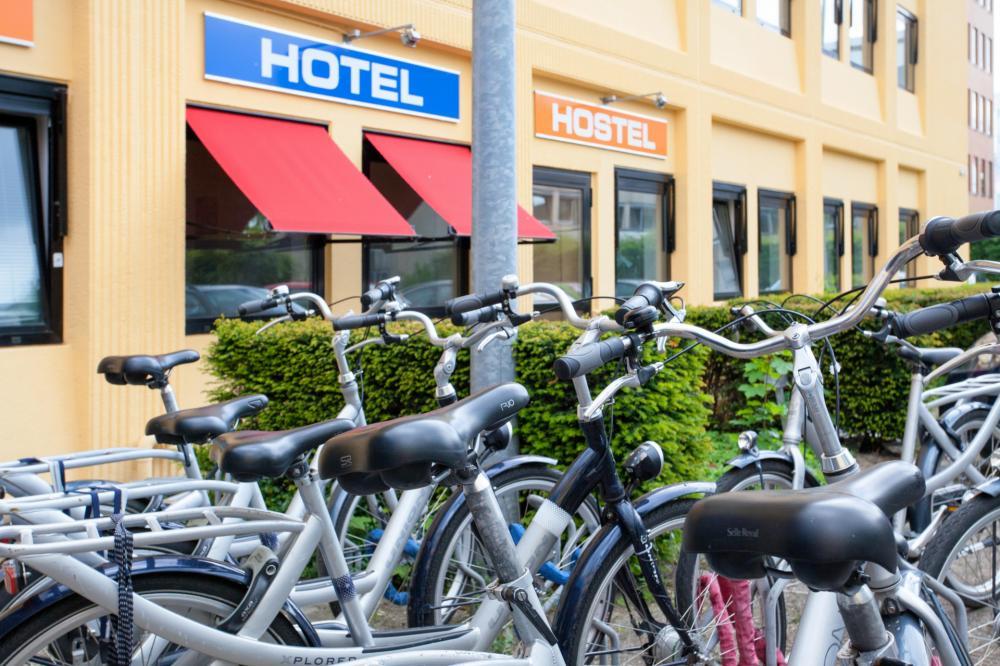 Zaparkujte kola před hotelem