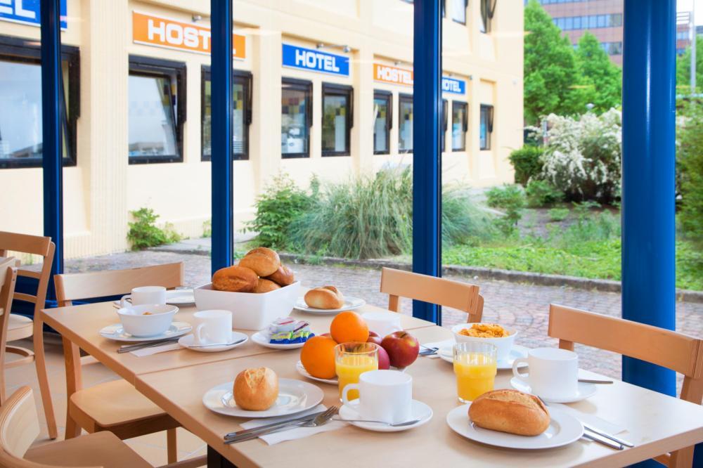 Snídaně v našem hostelu