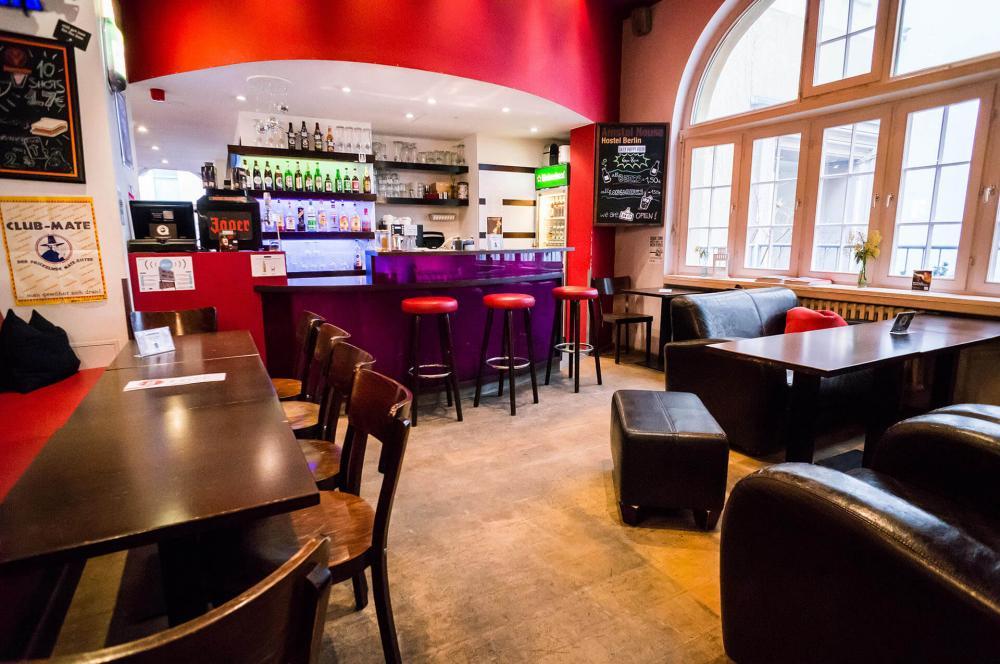 Naše bar v hostelu Amstel House Hostel Berlin je otevřený 24/7